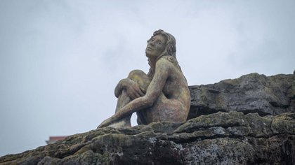 La misteriosa escultura fue colocada en Playa Chica por Magrini en la madrugada del 5 de febrero