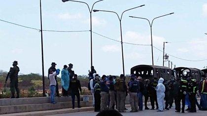 Unos 200 venezolanos llegaron a Paraguachón en La Guajira procedentes de varias ciudades del Caribe buscando cruzar hasta su país. (Twitter)