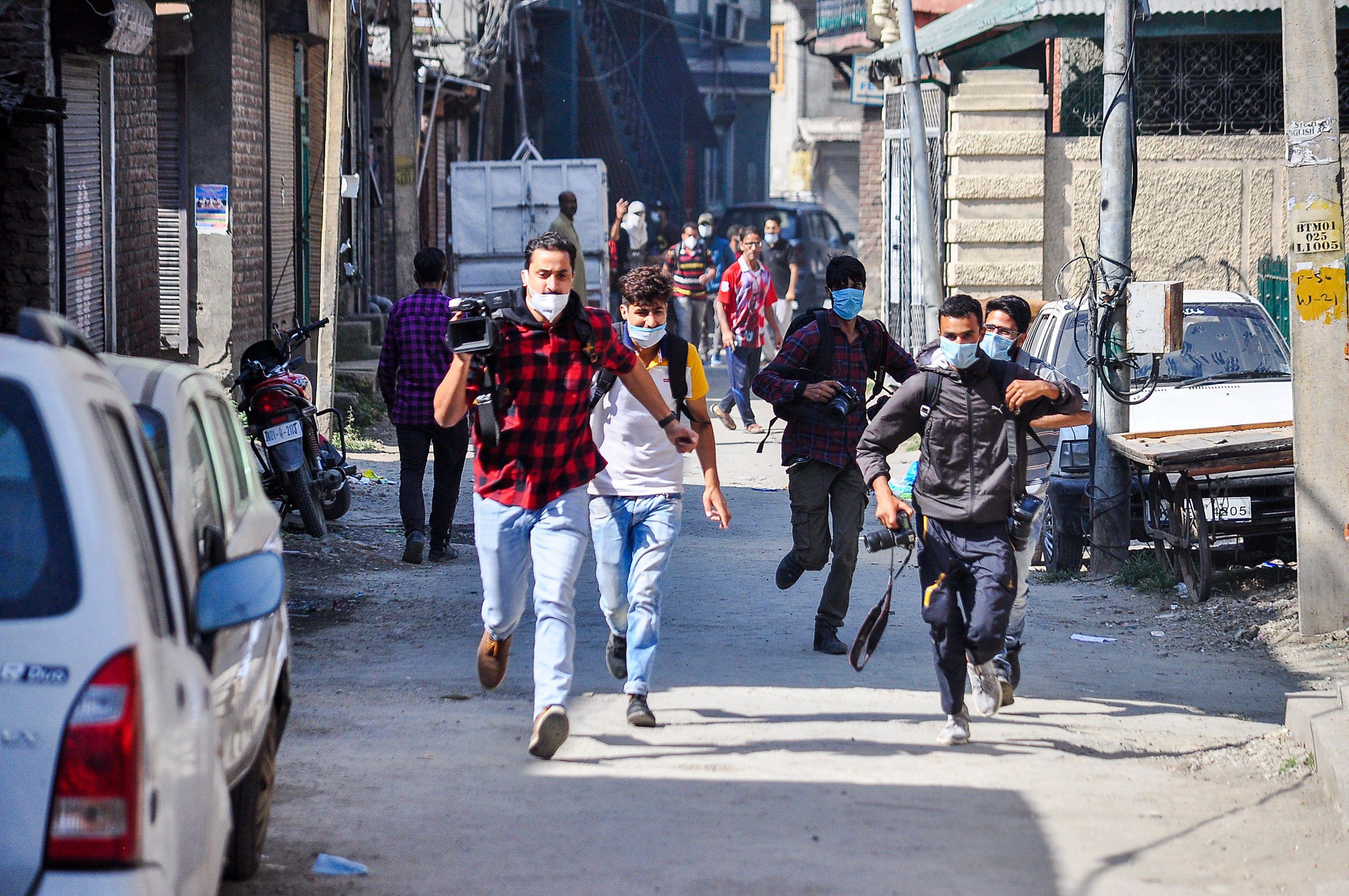 18/09/2020 Un grupo de periodistas corre durante los enfrentamientos que tuvieron lugar en unas recientes manifestaciones en Cachemira por la muerte de tres personasa a manos de las autoridades de India. POLITICA INTERNACIONAL SAQIB MAJEED / ZUMA PRESS / CONTACTOPHOTO