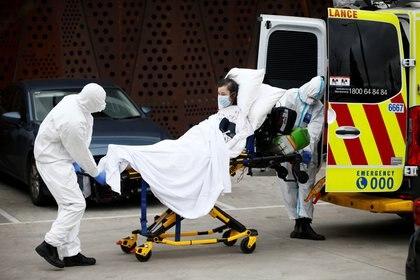 Una mujer es llevada a un hospital de Melbourne.  AAP Image/Daniel Pockett via REUTERS