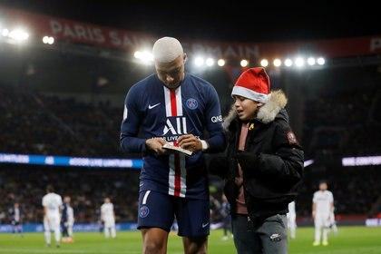 Kylian Mbappé le firmó un autógrafo a un niño durante el partido del Paris Saint Germain y Amiens SC de la Ligue 1 (REUTERS)