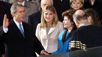 Su hijo George W. Bush durante su juramentación como presidente, doce años después, en 2001 (Reuters/The Grosby Group)