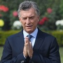 Argentina's President Mauricio Macri (2R), his wife Juliana Awada, (2L), daughters Valentina Barbier (R) and Antonia Macri (L) pay tribute at Rajghat, the memorial for Mahatama Gandhi, in New Delhi on January 18, 2019. - Macri is on a three-day state visit to India. (Photo by Money SHARMA / AFP)