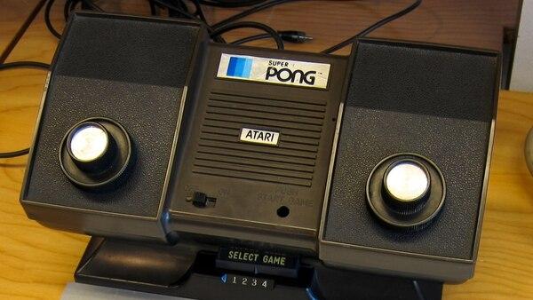 La consola Pong para el hogar (Pong home console), se presentó en la feria de 1975.