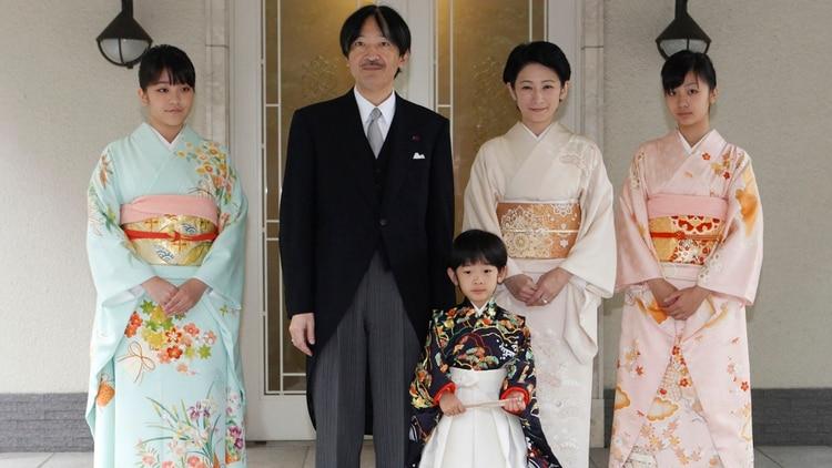 El príncipe japonés Hisahito (C), hijo del príncipe Akishino (2º L) y su esposa la princesa Kiko (2º R), vestida con trajes ceremoniales tradicionales, está acompañado por sus padres y sus hermanas la princesa Mako (L), la princesa Kako, después de las ceremonias de Chakko-no-Gi y Fukasogi-no-gi en la hacienda imperial Akasaka en Tokio, el 3 de noviembre de 2011. REUTERS/Issei Kato (JAPÓN – Tags: ANIVERSARY ENTERTAINMENT PROFILE)