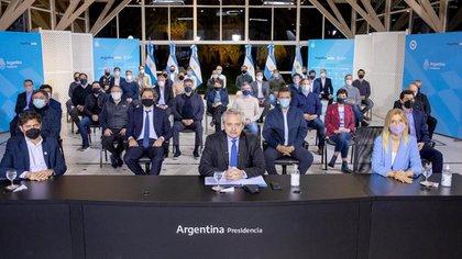 Alberto Fernández con las autoridades provinciales e intendentes del conurbano en el anuncio del miércoles