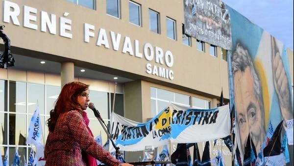 Cristina Kirchner en un acto frente al Hospital René Favaloro.