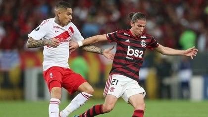 Filipe Luis lucha con el peruano Paolo Guerrero en el Maracaná: Flamengo quedó a un paso de las semis de la Copa (Reuters/Ricardo Moraes)