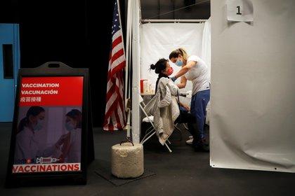 Un trabajador sanitario administra una inyección de la vacuna Moderna COVID-19 a una mujer en un centro de vacunación emergente operado por SOMOS Community Care durante la pandemia de la enfermedad del coronavirus (COVID-19) en Manhattan en la ciudad de Nueva York,