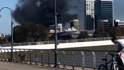 La cortina de humo negro alertó a los vecinos de la zona