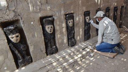 Los ídolos son de color negro y tienen máscaras de arcilla