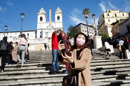 Una turista se toma una selfie en Roma (REUTERS/Remo Casilli)