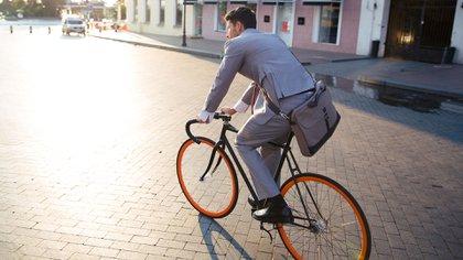 Use la bicicleta. Fija o móvil, es un excelente ejercicio aeróbico (Shutterstock)