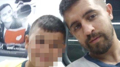 Santiago junto a su hijo de 9 años