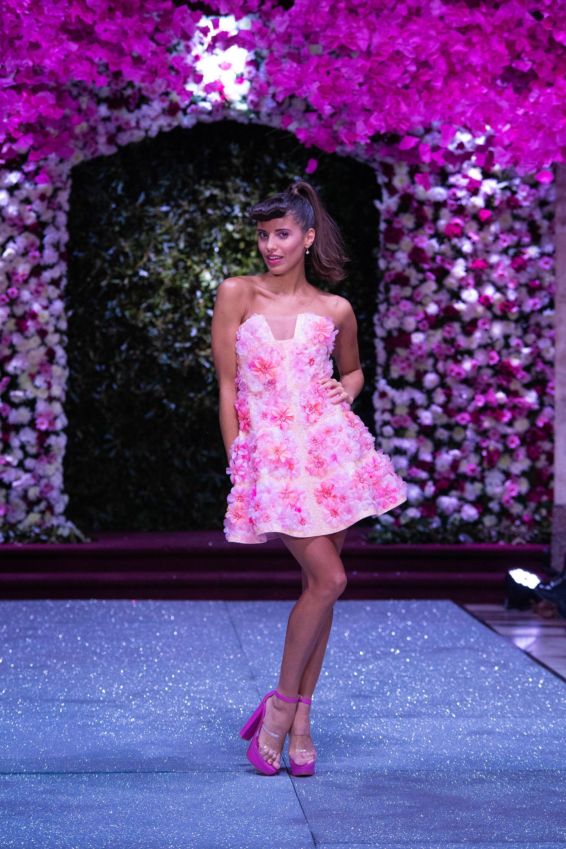 """La modelo Taina Laurino con un diseño strapless al estilo """"flower power"""" con flores realizadas a mano y bordadas sobre el vestido de la nueva colección de verano. Taina fue ovacionada por su madre y todos los presentes del salón"""