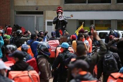 Repartidores de Rappi y otras aplicaciones de reparto protestan como parte de una huelga para exigir mejores salarios y condiciones laborales en Bogotá. 15 agosto 2020. REUTERS/Luisa Gonzalez
