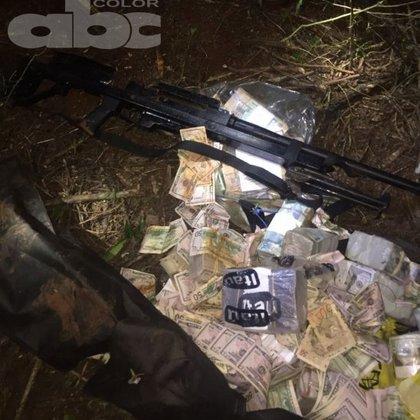 Parte del botín recuperado por la policía brasileña, donde puede verse el misterioso fusil de gran poder (ABC color)
