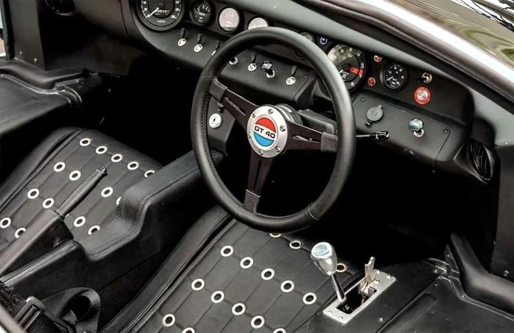 Tiene los mismos asientos remachados y el panel de instrumentos que el auto de carreras de 1966