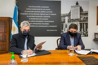 El convenio fue firmado en el Museo Ferroviario.