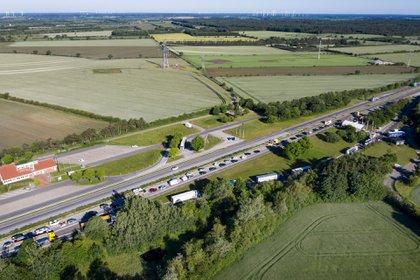 Larga fila en la autopista alemana E45 cerca de la frontera con Dinamarca