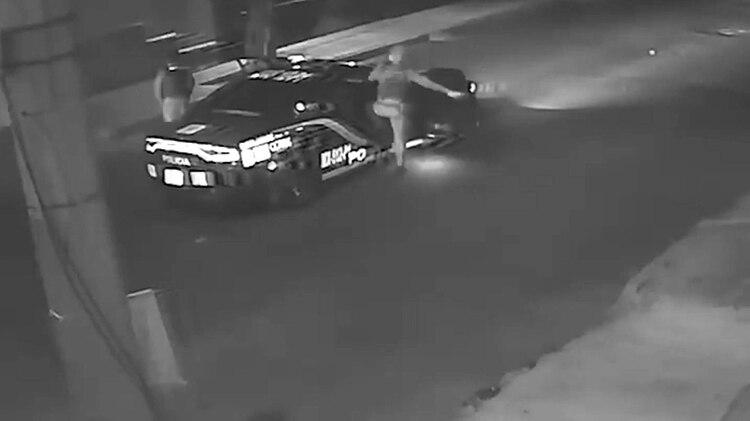 nueve minutos después de que la joven llegara al domicilio de puerta blanca aparece una patrulla, que al ver a la muchacha se detiene y se estaciona para dialogar con ella. (Foto: Captura de pantalla)