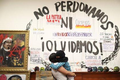 Una mujer y su hija se abrazan en la Comisión Nacional de Derechos Humanos (Foto: EFE)
