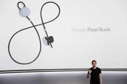 Juston Payne, gerente de Producto de Google con los auriculares Pixel Buds (REUTERS/Stephen Lam)