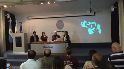 Antonio Ledezma ofreció una conferencia en el auditorio del Banco Ciudad de Buenos Aires, Argentina, junto con su compatriota la actriz Catherine Fulop