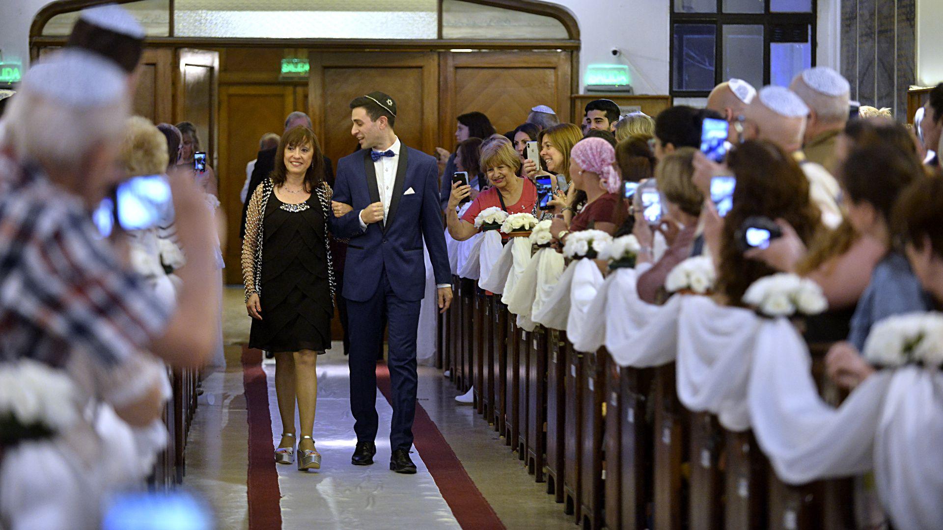 NIcolás hace su ingreso al templo junto a su madre