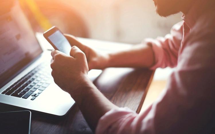 Se estima que un empleado promedio de los EEUU pasa ocho horas semanales atendiendo a temas personales en sus smartphone durante el horario laboral