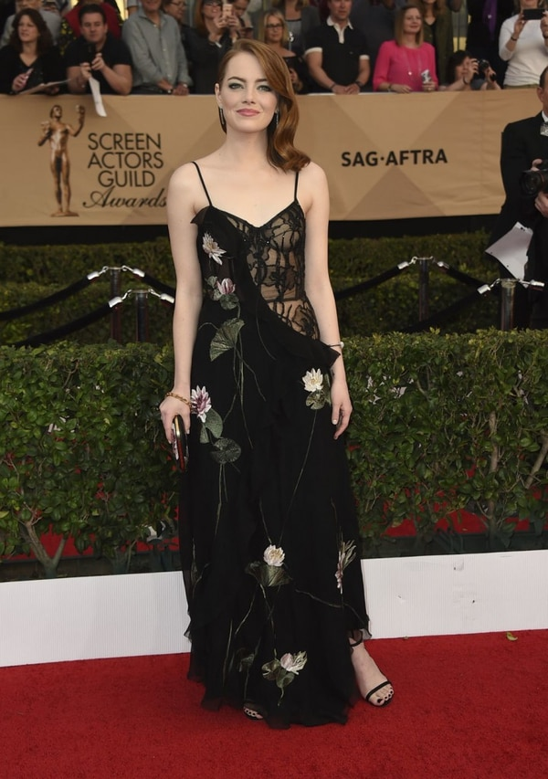 En 29 de enero en la alfombra de SAG con una pieza sexy y sofisticada de Alexander MacQueen