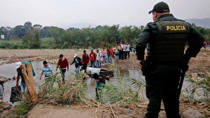 """Miembros de la Policía Nacional de Colombia realizan labores de seguridad durante el desarrollo del """"Plan Frontera Segura, Tranquila y Humanitaria"""" en la trocha La Marranera en Cúcuta (SCHNEYDER MENDOZA / EFE)"""