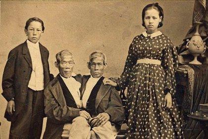 Chang y Eng con dos de sus hijos