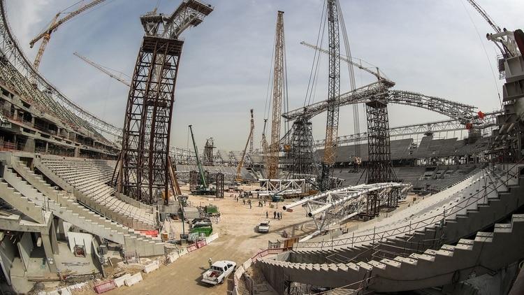Se han denunciado violaciones a los derechos de los trabajadores que construyen los estadios para Qatar 2022, con un registro de más de 1200 muertos, a un promedio de casi un muerto cada dos días desde el inicio de las obras en 2012. (AFP)