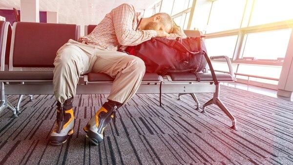 Si la aerolínea se demora por más de cuatro horas, tiene la obligación de concederle al pasajero ciertos derechos (Getty Images)