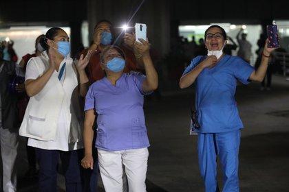 Las autoridades buscan aumentar los salarios y prestaciones de personal de salud (Foto: EFE/Sáshenka Gutiérrez)