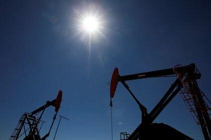 Foto de archivo - Las plataformas petrolíferas se ven en la perforación de petróleo y gas de esquisto de Vaca Muerta, en la provincia patagónica de Neuquén, Argentina. Jan 21, 2019. REUTERS/Agustin Marcarian