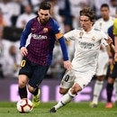 Barcelona's Argentinian forward Lionel Messi (C) vies with Real Madrid's Welsh forward Gareth Bale (L) and Real Madrid's Croatian midfielder Luka Modric during the Spanish league football match between Real Madrid CF and FC Barcelona at the Santiago Bernabeu stadium in Madrid on March 2, 2019. (Photo by OSCAR DEL POZO / AFP)