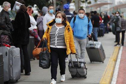 Perú reanudará los viajes aéreos internacionales, inicialmente hacia países vecinos, a partir del 5 de octubre, después de una suspensión de seis meses por la pandemia de la COVID-19, según anunció el mandatario peruano, Martín Vizcarra. EFE/Paolo Aguilar/Archivo