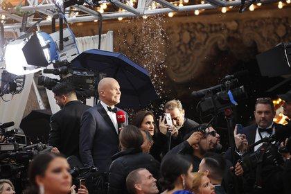 Los medios de comunicación trabajaron debajo de la carpa transparente, durante la tormenta (REUTERS/Mike Blake)