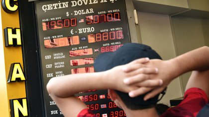 Para algunos expertos, el desplome de la lira se debe en parte a las tensiones con los EEUU