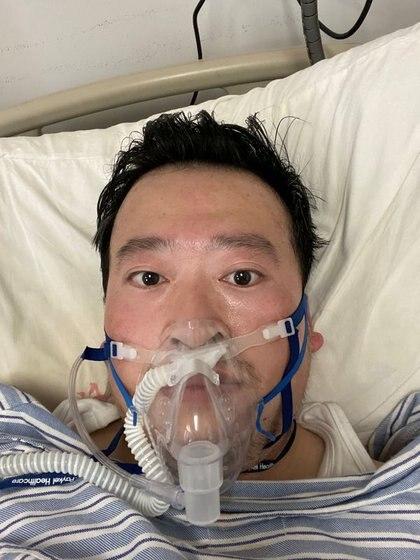 Li Wenliang usa un respirador, después del brote de coronavirus, en Wuhan, China. 3 de febrero de 2020. El médico trabajaba en el mismo centro médico que Fen y murió poco después por el COVID-19 (Reuters)