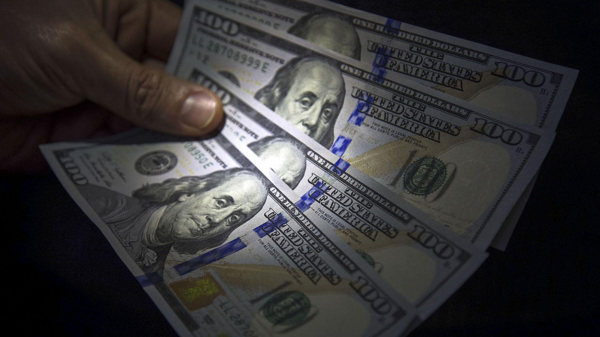 La divisa se mantiene cerca de los 60 pesos en bancos de la City.(NA)