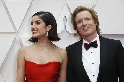 Bryan Buckley y su pareja, la actriz Kiana Madani, posan en la alfombra roja durante la ceremonia de los Oscar de este año (REUTERS / Eric Gaillard)
