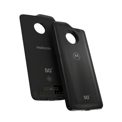 Moto junto con Verizon lanzó un accesorio 5G que permitirá que el equipo sea compatibles con esa red a partir de 2019.