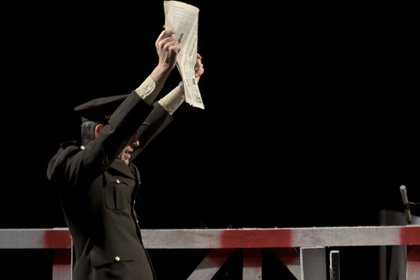 Otra escena: presionado por el gobierno militar, Timerman debe decidir si cierra o continúa con el diario (Foto – Marcelo Solís)