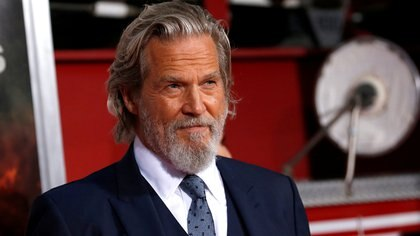 """FILE PHOTO: Cast member Jeff Bridges poses at the premiere for """"Only the Brave"""" in Los Angeles, California, U.S., October 8, 2017. REUTERS/Mario Anzuoni/File Photo"""