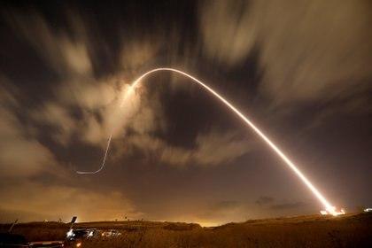 El sistema antimisiles israelí, conocido como Cúpula de Hierro, intercepta un misil lanzado desde Gaza sobre los cielos de Sderot (Reuters)