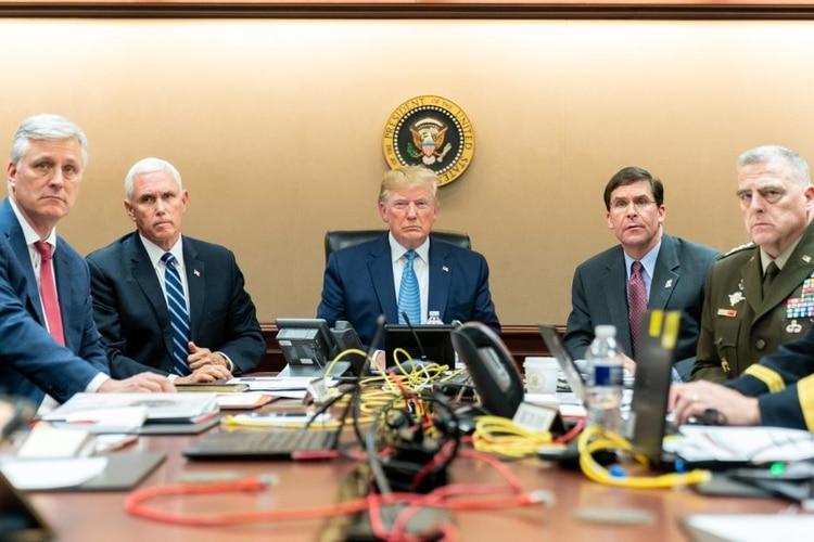 El Presidente de los Estados Unidos Donald Trump observa en la Sala de Situación de la Casa Blanca mientras las fuerzas de Operaciones Especiales de los Estados Unidos se acercan al líder de ISIS Abu Bakr al-Baghdadi (Casa Blanca / AFP)