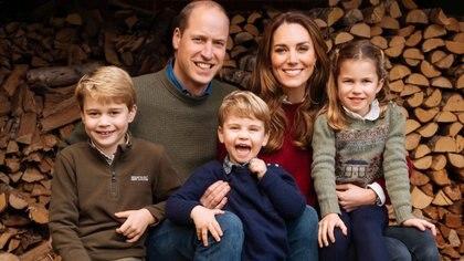 Foto familiar del Palacio de Kensington para la Navidad de 2020, Allí puede verse al príncipe William junto a su esposa, Kate, y sus hijos George, Louis y Charlotte (Palacio de Kensington)